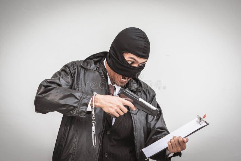 Homem de negócios com trabalho assustador da máscara protetora fotografia de stock royalty free