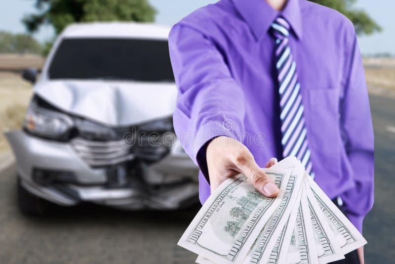 Homem de negócios com um carro quebrado foto de stock