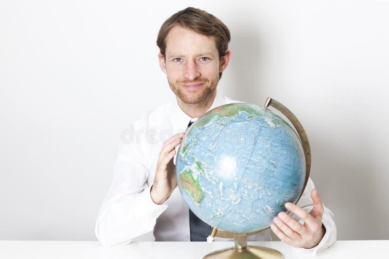 Homem de negócios com um globo foto de stock