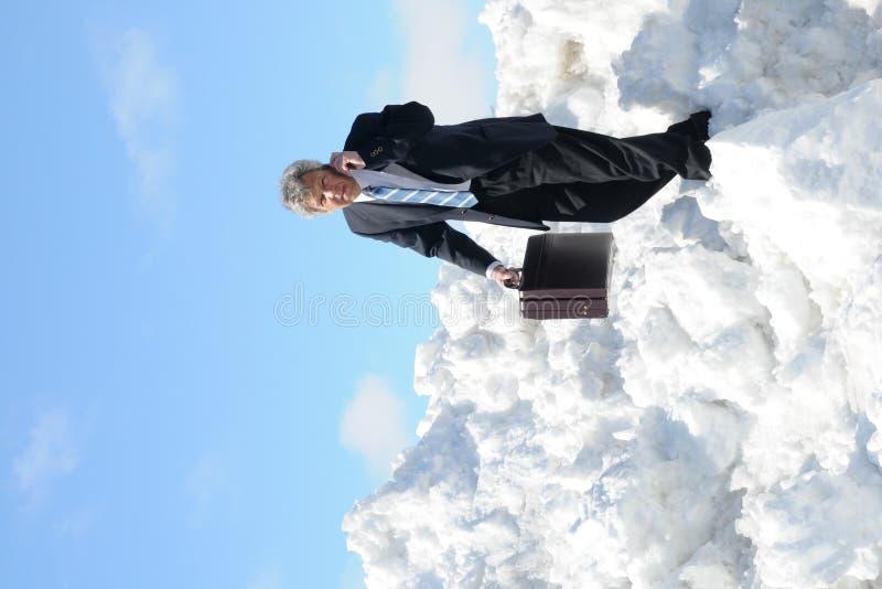 Homem de negócios com uma pasta e um telefone fotografia de stock royalty free