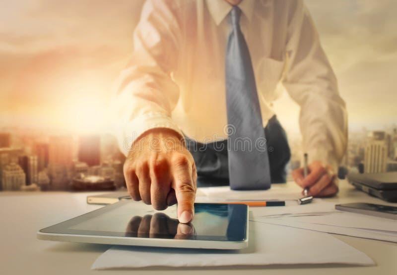 Homem de negócios com uma tabuleta imagem de stock