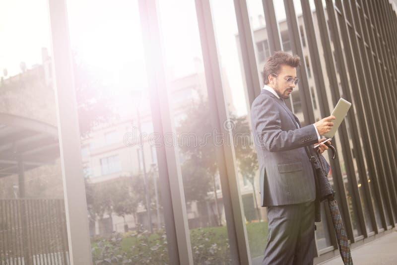 Homem de negócios com uma tabuleta fotos de stock royalty free