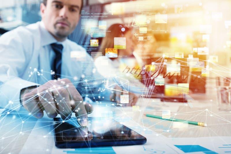 Homem de negócios com uma tabuleta que compartilhe de multimédios com a conexão a Internet foto de stock royalty free