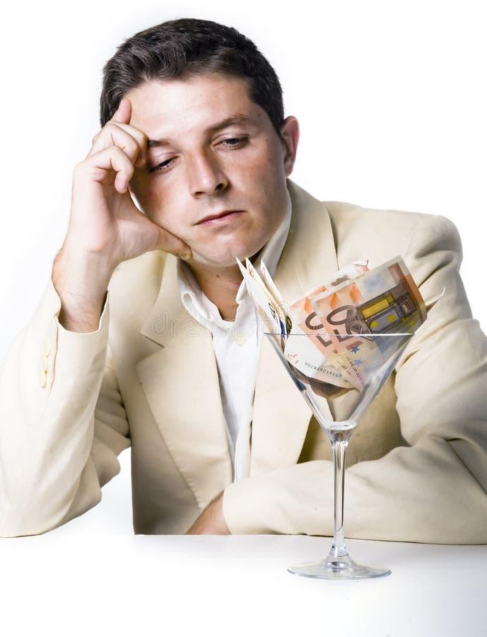 Homem de negócios com vidro de cocktail completamente das cédulas fotos de stock