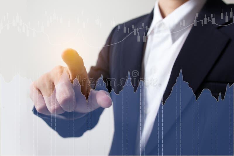 Homem de negócios com vinda financeira dos símbolos foto de stock royalty free