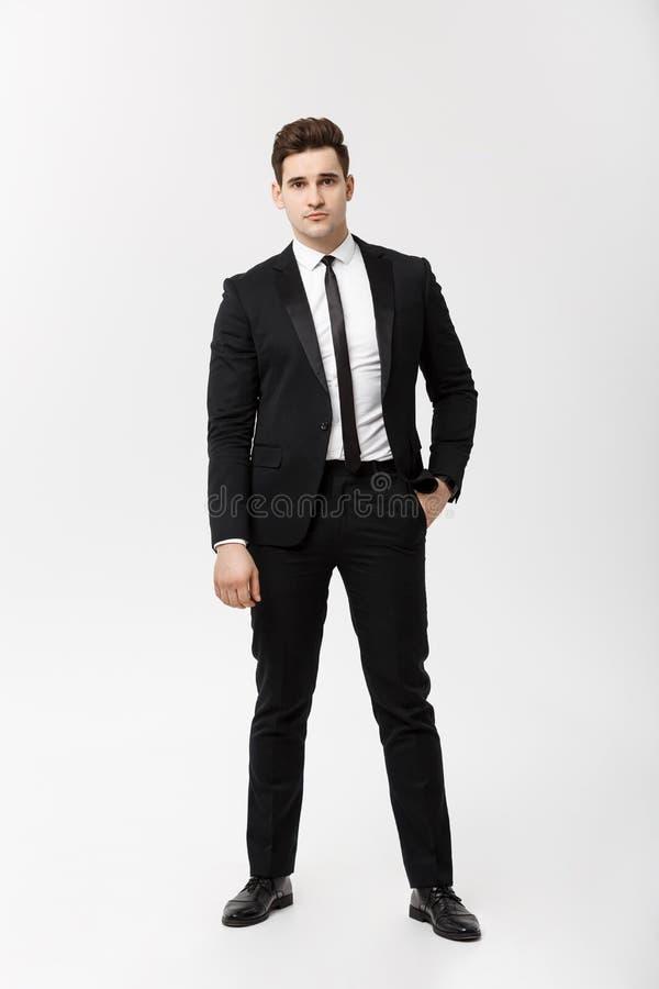 Homem de negócios completo do retrato do comprimento que levanta à moda no fundo branco fotografia de stock