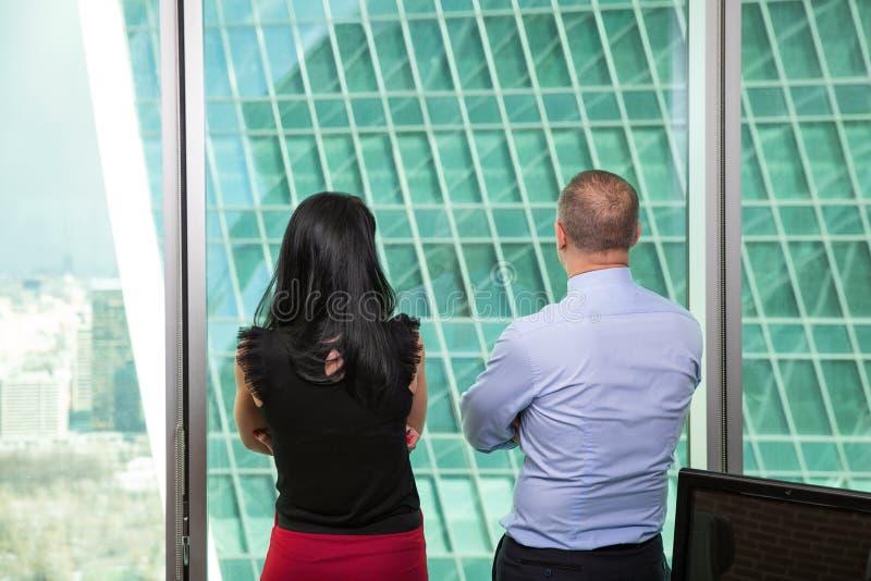 Homem de negócios composto da imagem que levanta na frente da arquitetura da cidade imagens de stock royalty free