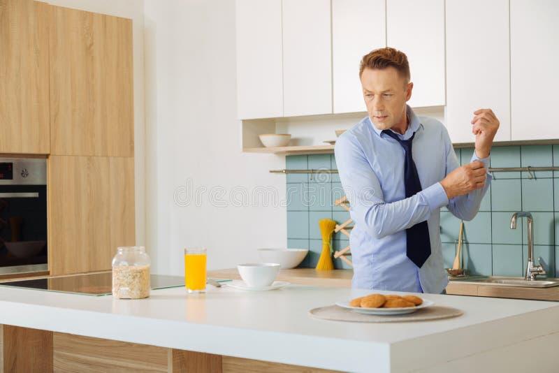 Homem de negócios considerável agradável que prepara o café da manhã fotos de stock