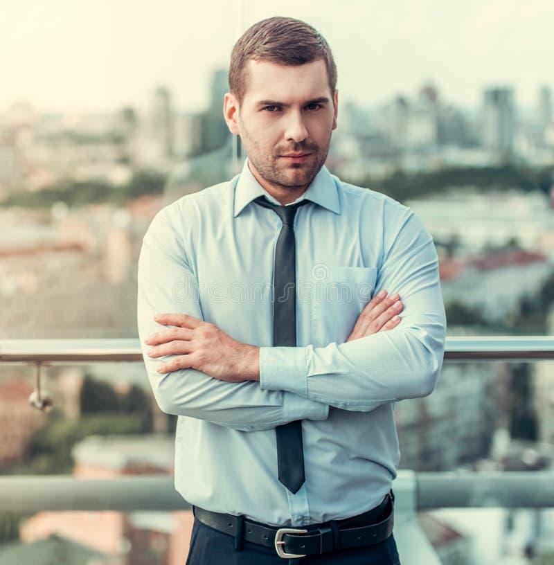 Homem de negócios considerável ao ar livre foto de stock royalty free