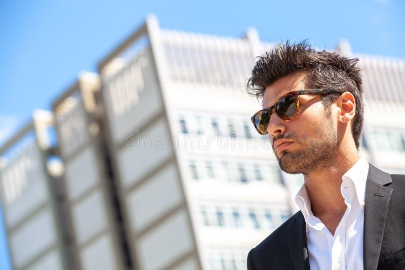 Homem de negócios considerável com óculos de sol foto de stock royalty free