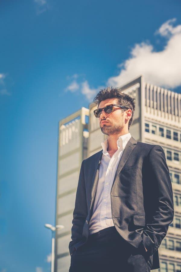 Homem de negócios considerável com óculos de sol imagens de stock