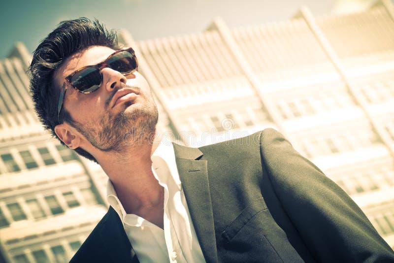 Homem de negócios considerável com óculos de sol foto de stock