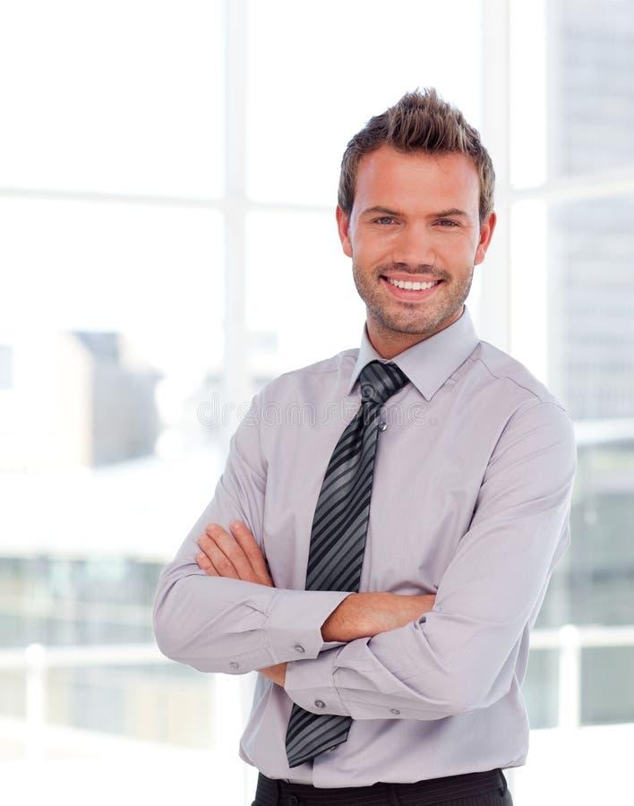 Homem de negócios considerável com braços dobrados foto de stock royalty free