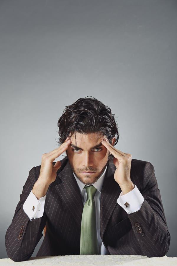Homem de negócios considerável com expressão preocupada imagens de stock