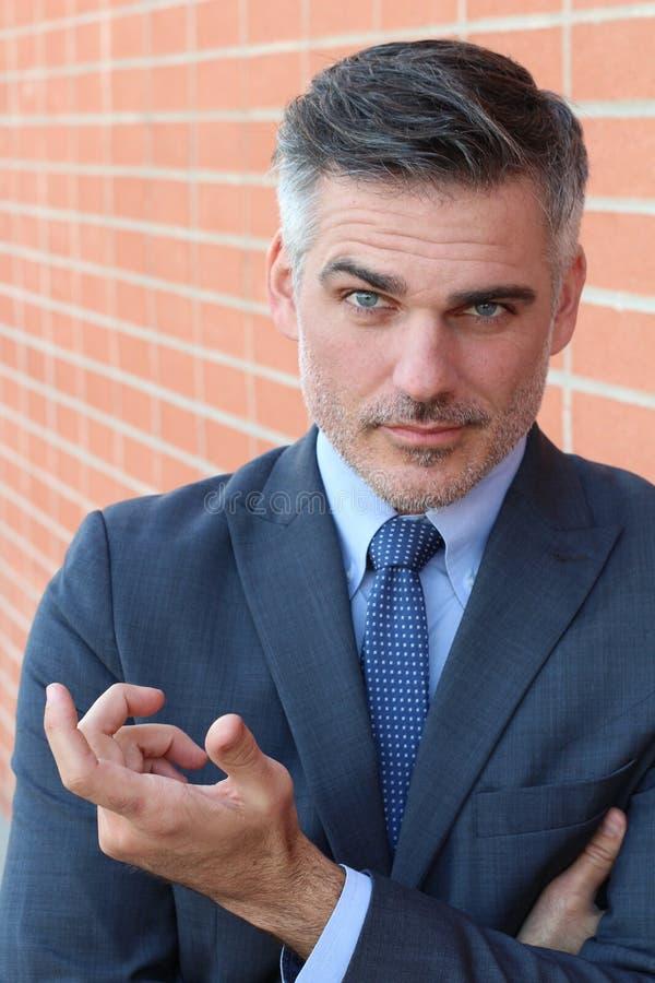 Homem de negócios considerável com o que você querem o gesto foto de stock