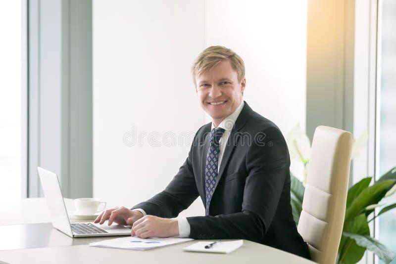 Homem de negócios considerável de sorriso imagens de stock