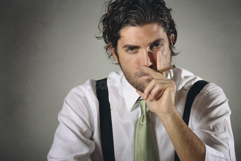 Homem de negócios considerável e elegante com charuto imagens de stock
