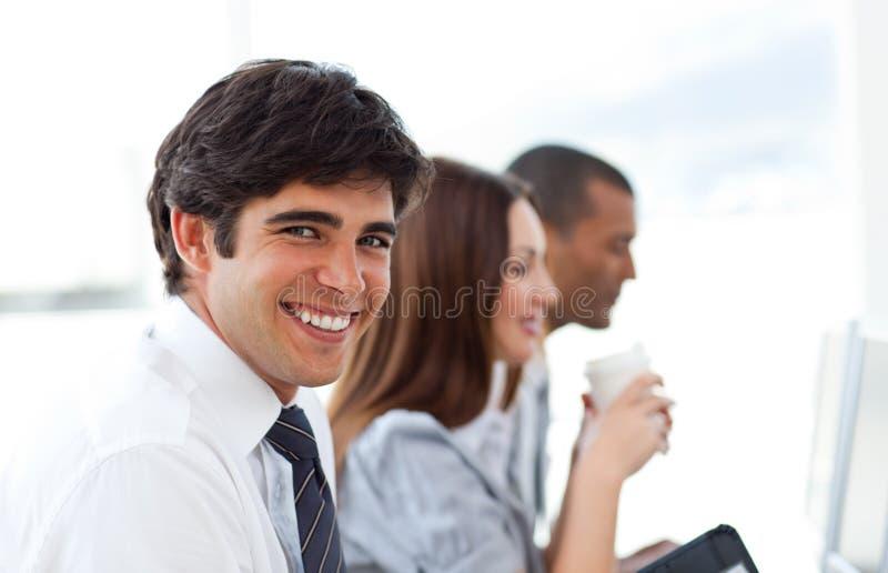 Homem de negócios considerável e sua equipe fotografia de stock