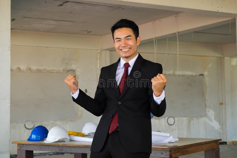 Homem de negócios considerável feliz que actua hooray imagem de stock royalty free