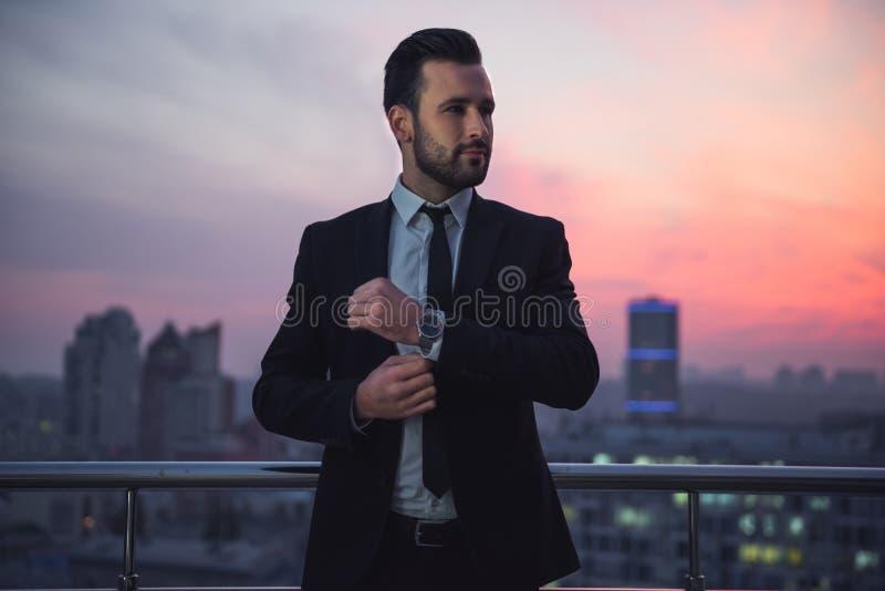 Homem de negócios considerável na noite fotografia de stock