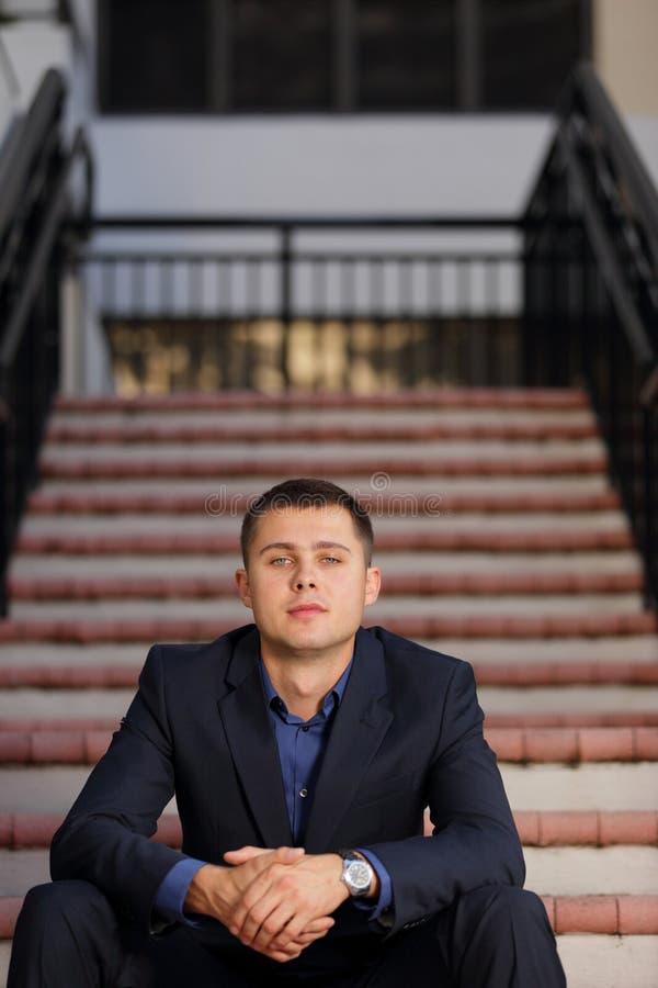 Homem de negócios considerável nas escadas fotografia de stock royalty free