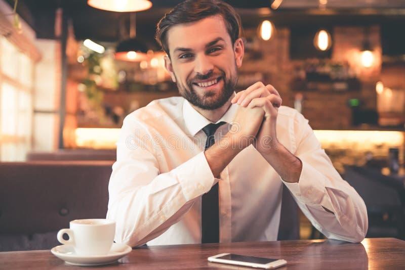 Homem de negócios considerável no café fotografia de stock royalty free