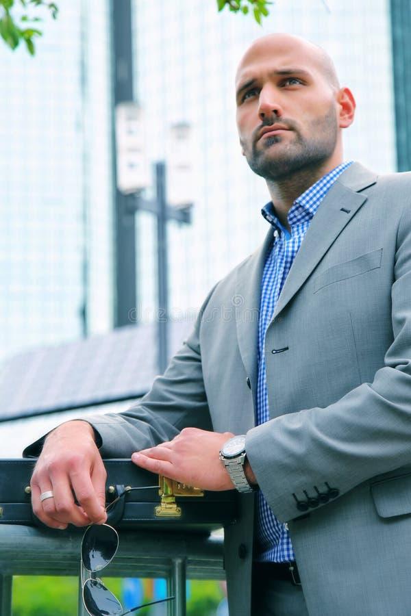 Homem de negócios considerável no conceito exterior da cidade imagem de stock
