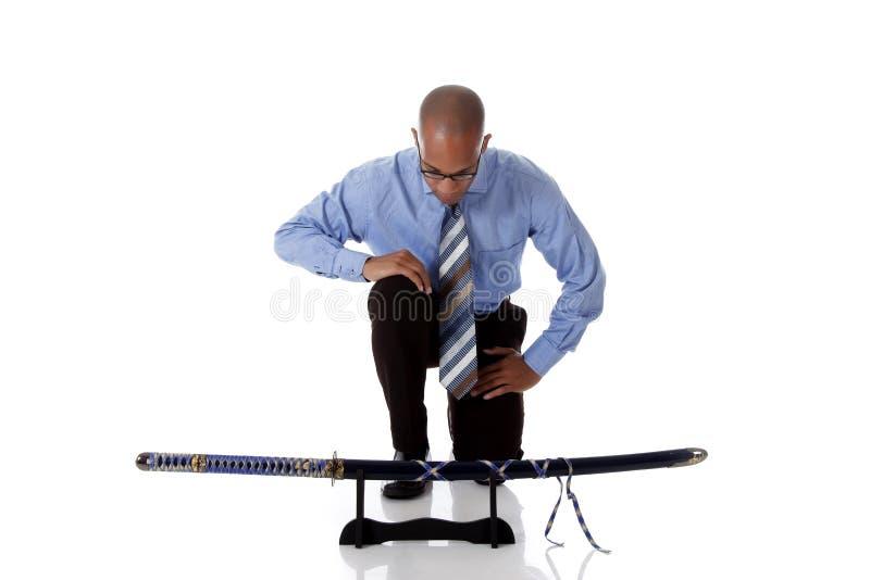 Homem de negócios considerável novo do americano africano, espada imagens de stock