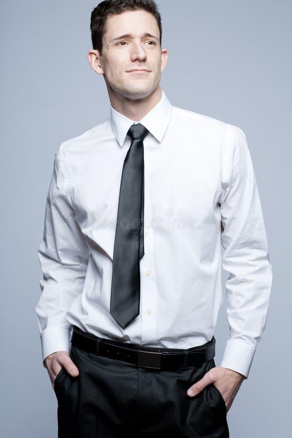Homem de negócios considerável novo na camisa branca. imagens de stock royalty free