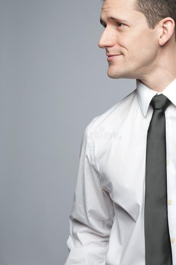 Homem de negócios considerável novo na camisa branca. imagem de stock