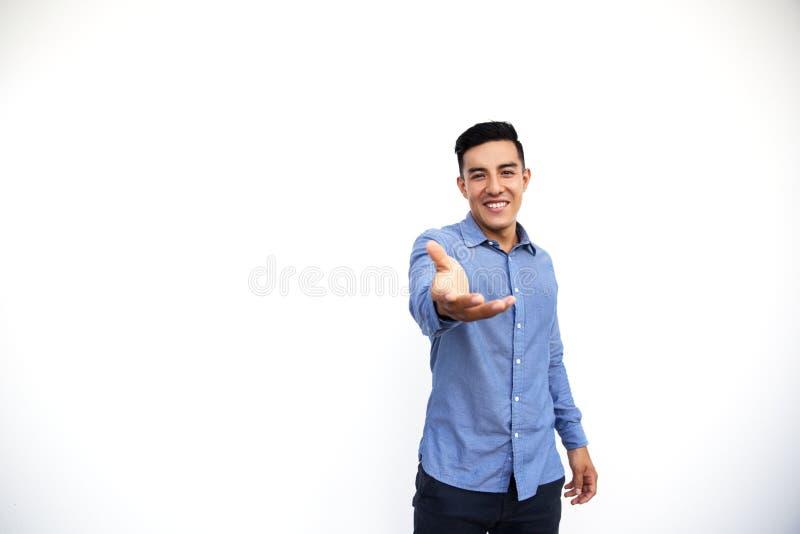 Homem de negócios considerável novo que agita a mão isolada no fundo branco fotos de stock