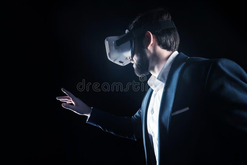 Homem de negócios considerável profissional que olha nos vidros 3d imagem de stock royalty free