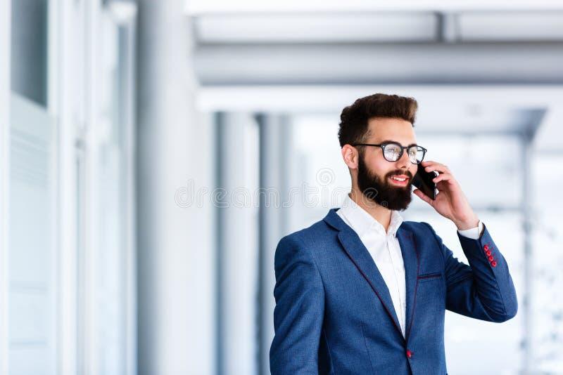 Homem de negócios considerável que fala no telefone fotos de stock