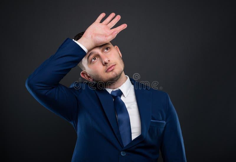 Homem de negócios considerável que tem a dor de cabeça imagem de stock