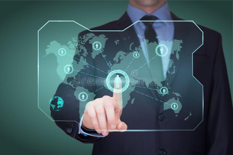 Homem de negócios considerável que toca em um mapa do mundo na tela que mostra a conexão global entre continentes diferentes imagens de stock