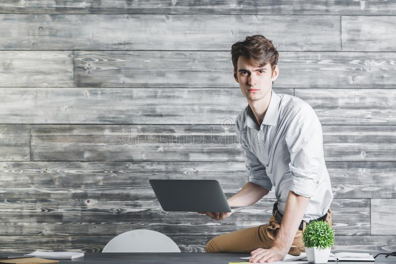 Homem de negócios considerável que usa o laptop fotografia de stock