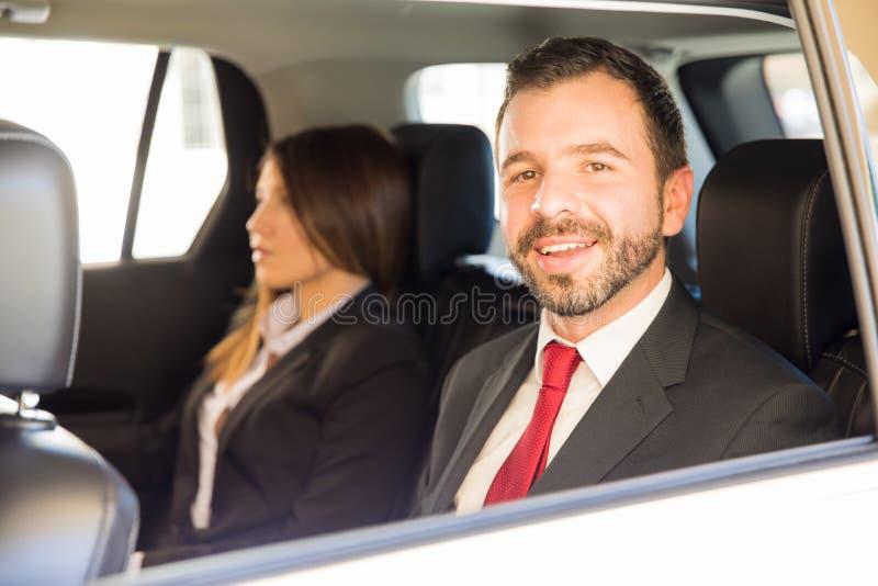 Homem de negócios considerável que viaja pelo carro fotografia de stock
