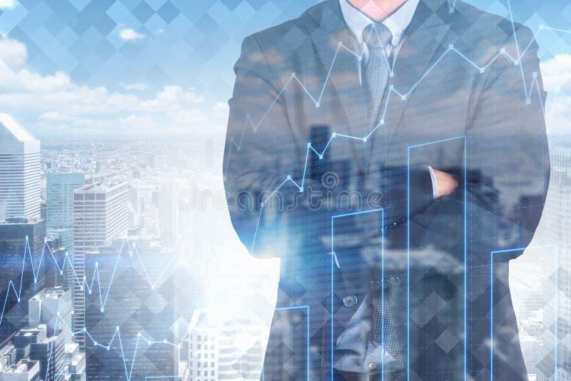 Homem de negócios cruzado dos braços na cidade, diagrama imagem de stock