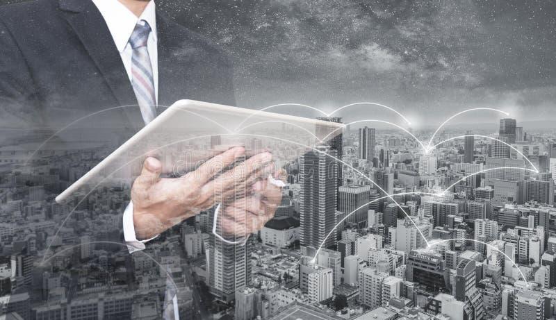 Homem de negócios da exposição dobro que usam a tabuleta digital, e arquitetura da cidade Rede do negócio, tecnologia do blockcha ilustração royalty free