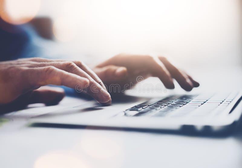 Homem de negócios da foto que trabalha com o caderno genérico do projeto Mensagem de datilografia, teclado das mãos Fundo borrado imagens de stock