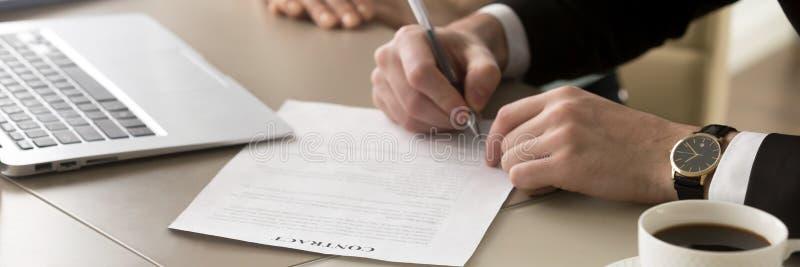 Homem de negócios das mãos do close up que senta-se na mesa para realizar o contrato de assinatura da reunião imagens de stock