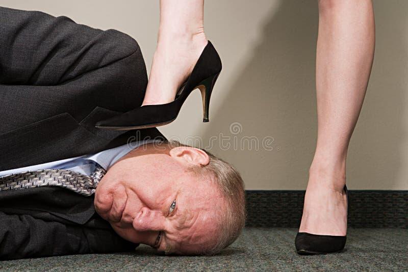 Homem de negócios de dominação da mulher imagem de stock