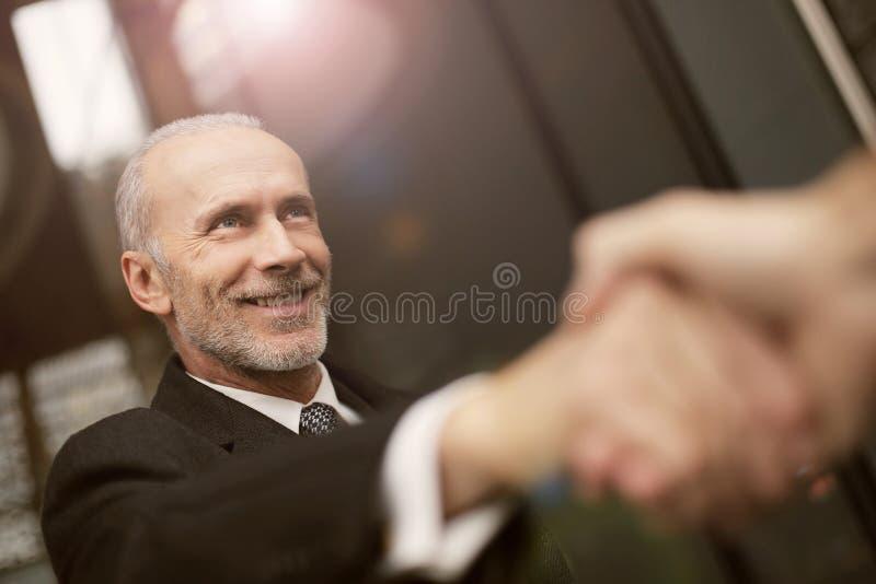 Homem de negócios de sorriso fotografia de stock