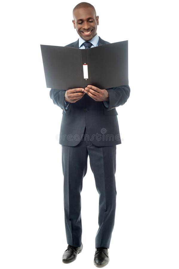Homem de negócios de sorriso com dobrador fotos de stock royalty free