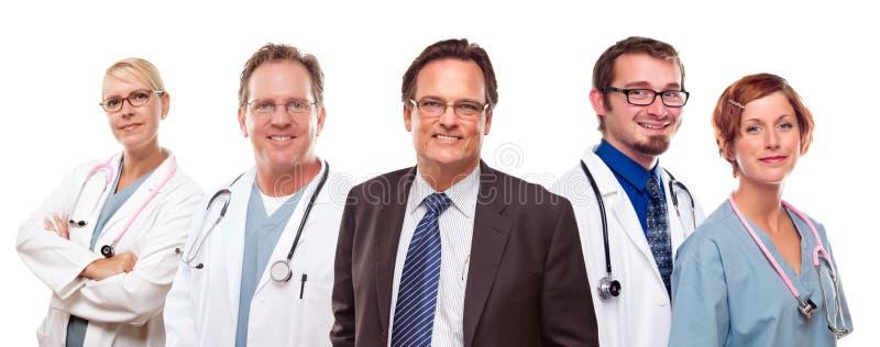 Homem de negócios de sorriso com doutores e enfermeiras fotografia de stock