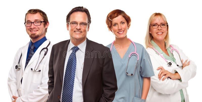 Homem de negócios de sorriso com doutores e enfermeiras imagens de stock royalty free