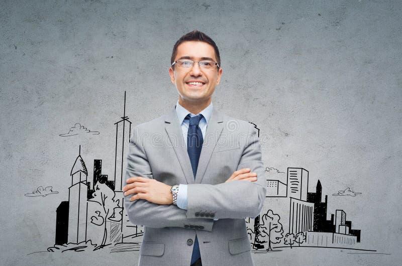 Homem de negócios de sorriso feliz nos monóculos e no terno fotografia de stock