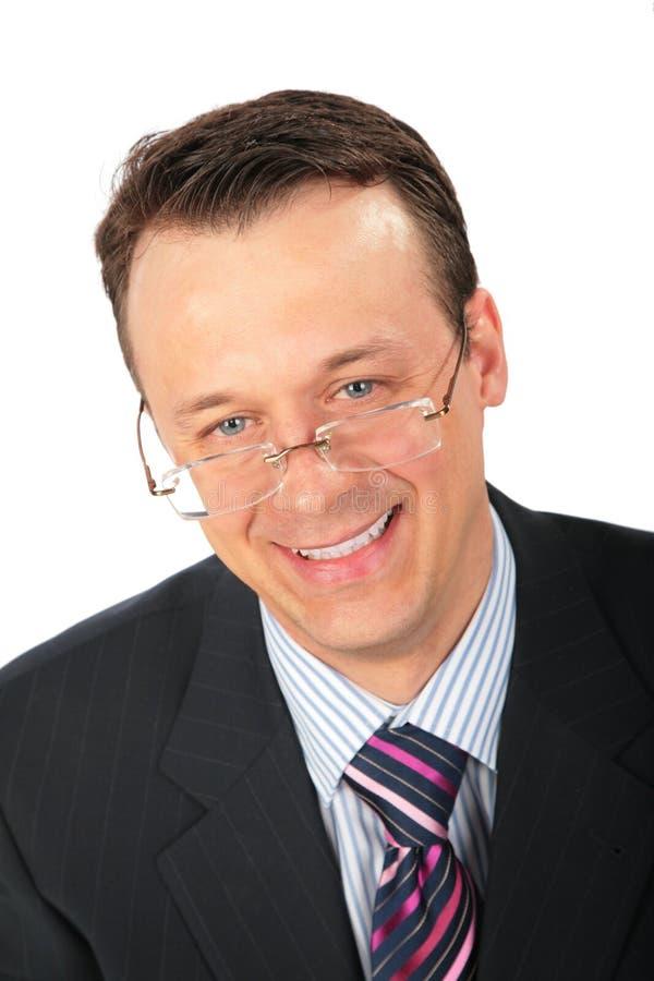 Homem de negócios de sorriso nos vidros imagem de stock