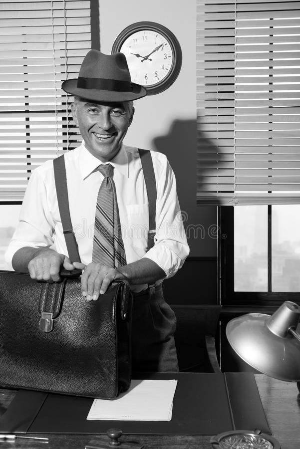 Homem de negócios de sorriso que chega no escritório fotos de stock