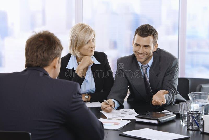 Download Homem De Negócios Que Sorri Na Reunião Foto de Stock - Imagem de brilhante, caucasiano: 29845732